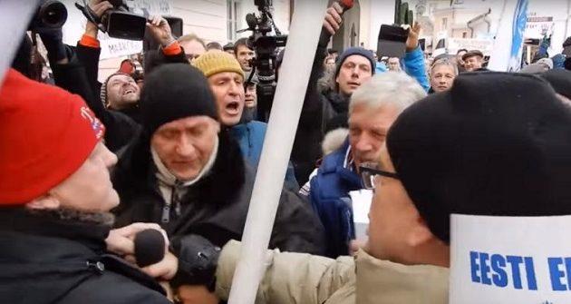Πλάκωσαν στο ξύλο ευρωβουλευτή για το μεταναστευτικό (βίντεο)