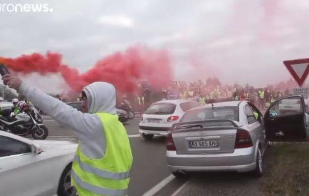 Σε κατάσταση χάους η Γαλλία – 240.000 «κίτρινα γιλέκα» σε 2.000 οδοφράγματα