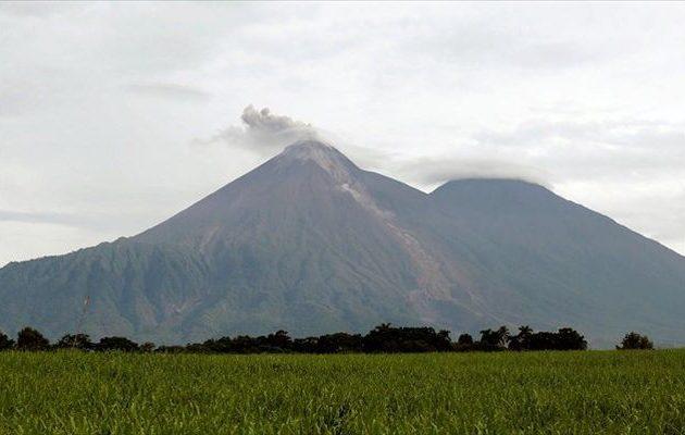 «Βρυχάται» το ηφαίστειο Φουέγο στη Γουατεμάλα – «Σε νέα φάση έκρηξης»