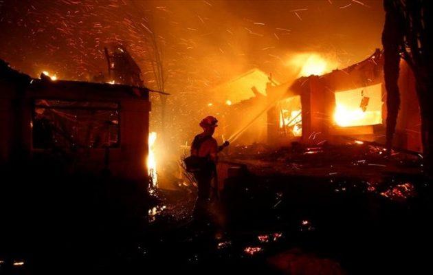 Πύρινη κόλαση στην Καλιφόρνια – Εκκενώθηκαν 75.000 κατοικίες (φωτο+βίντεο)