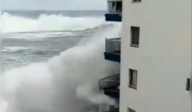 Τεράστιο κύμα «καταπίνει» ξενοδοχείο στην Τενερίφη (βίντεο)