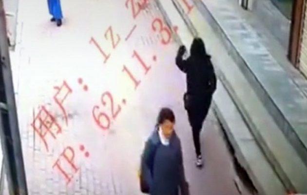 Γυναίκα περπατούσε και την «κατάπιε» το πεζοδρόμιο (βίντεο)