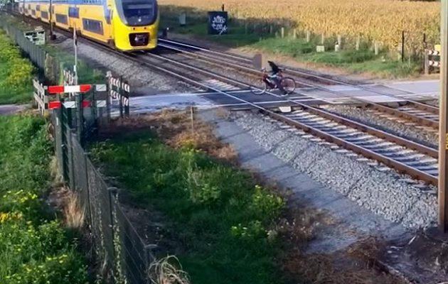 Ποδηλάτης αποφεύγει τρένο για χιλιοστά του δευτερολέπτου (βίντεο)