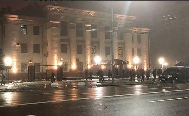 Ουκρανοί διαδηλωτές έριξαν καπνογόνα στη Ρωσική Πρεσβεία στο Κίεβο (βίντεο)