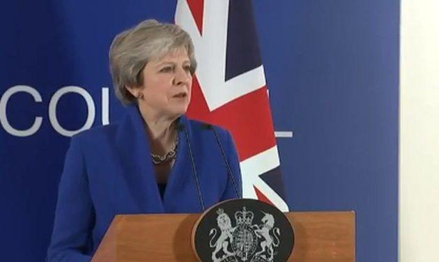 Να φύγει η Τερέζα Μέι από πρωθυπουργός πριν καταστρέψει τη Βρετανία, φωνάζουν τα στελέχη της