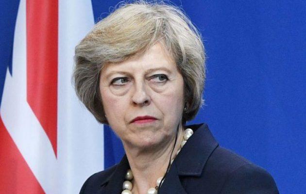 Στα σκαριά «υπουργικό πραξικόπημα» στο Λονδίνο – «Αποκεφαλίζουν» την Τερέζα Μέι