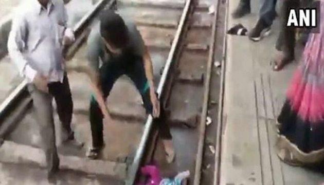 Τρένο πέρασε πάνω από μωρό ενός έτους και σώθηκε από θαύμα (βίντεο)