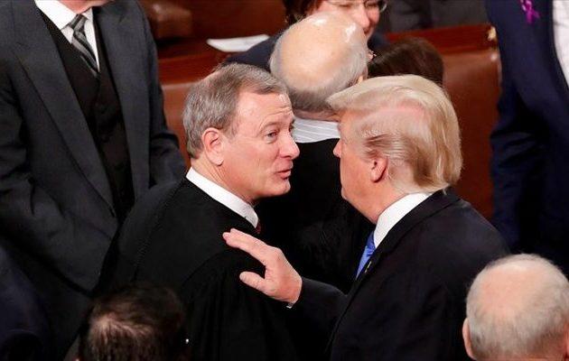 Ξέσπασε κόντρα του προέδρου του Ανώτατου Δικαστηρίου με τον Τραμπ