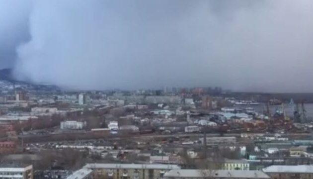 Απίστευτες εικόνες από «τσουνάμι» χιονιού που σκεπάζει πόλη της Σιβηρίας (βίντεο)