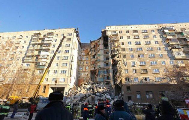 Αγωνία για τους εγκλωβισμένους Ρώσους στα «σπλάχνα» της φονικής πολυκατοικίας (φωτο)