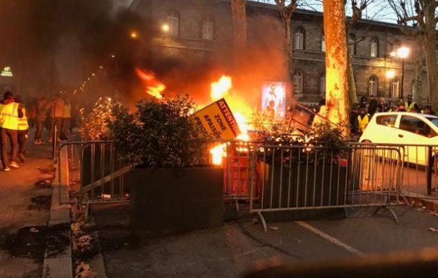 Σφοδρές συγκρούσεις Κίτρινων Γιλέκων και Αστυνομίας στο Μπορντώ της Γαλλίας (βίντεο)