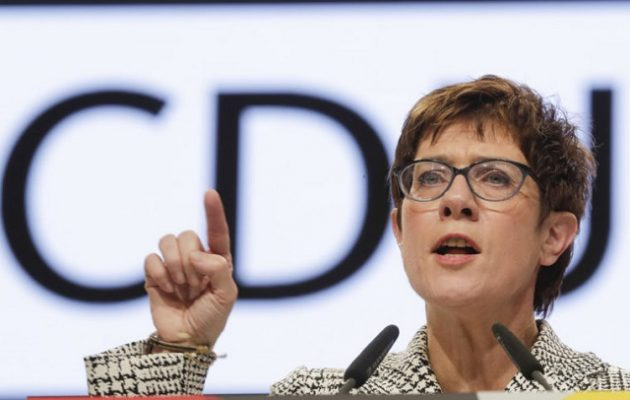 Η διάδοχος της Μέρκελ στο CDU «σφίγγει τα λουριά» στο μεταναστευτικό – Τι είπε