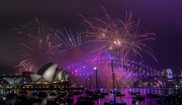 Ο χρόνος άλλαξε στην Αυστραλία – 100.000 πυροτεχνήματα και 1 εκατ. πολίτες στους δρόμους (βίντεο)