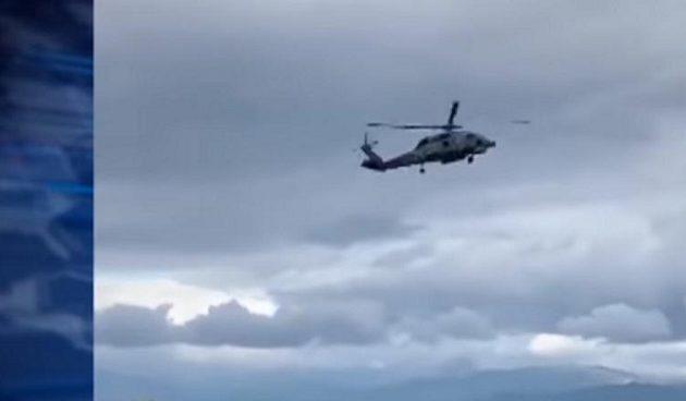 Ελικόπτερο παρασύρθηκε από τον αέρα και πέρασε «ξυστά» από καφετέρια (βίντεο)