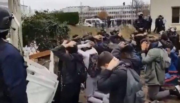 Κίτρινα Γιλέκα – Αστυνομικοί έβαλαν μαθητές να γονατίσουν με τα χέρια στο κεφάλι (βίντεο)