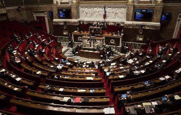 Ζόρια για Μακρόν: Κόμματα της αντιπολίτευσης ετοιμάζουν πρόταση μομφής λόγω «Κίτρινων Γιλέκων»