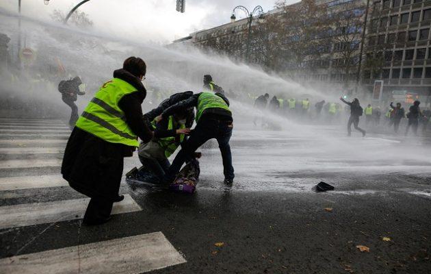 Ο Μακρόν απαντά με 65.000 αστυνομικούς στις διαδηλώσεις των «Kίτρινων Γιλέκων»