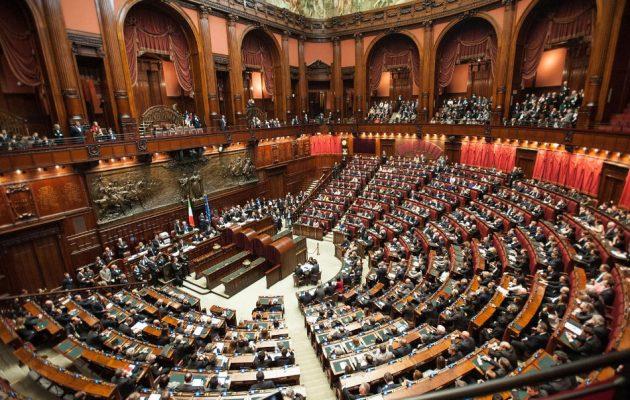 Έρωτας στο Ιταλικό Κοινοβούλιο: Ομοφυλόφιλοι βουλευτές βιντεοσκοπήθηκαν να «το κάνουν» στη Βουλή
