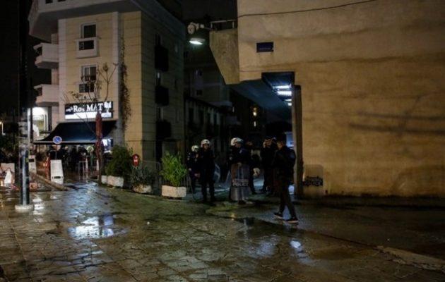 Κουκουλοφόροι επιτέθηκαν με μολότοφ στα ΜΑΤ στην Καισαριανή (βίντεο)