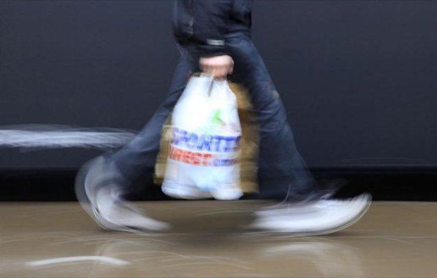 Οι Βρετανοί σκέφτονται να διπλασιάσουν το «χαράτσι» στις πλαστικές σακούλες – Πόσο θα κοστίζουν