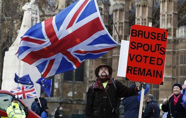 Ετοιμάζονται τα βρετανικά «κίτρινα γιλέκα» – Καλούν σε διαδήλωση το Σάββατο