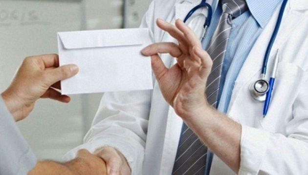 Φυλάκιση 10 μηνών σε 58χρονο οφθαλμίατρο για «φακελάκι»