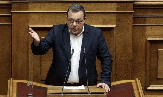 Λέξη, λέξη ο Φάμελλος αποδεικνύει ότι η ΝΔ είναι υπέρ του «Βόρεια Μακεδονία» και λέει ψέμματα