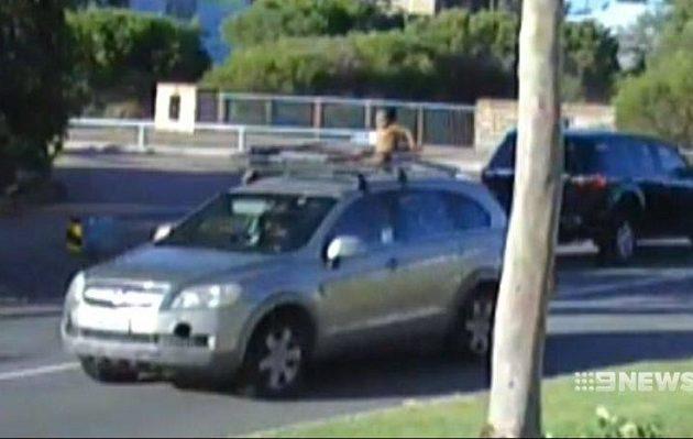 Γυναίκα οδηγούσε με τον 4χρονο γιο της στην οροφή του αυτοκινήτου (βίντεο)