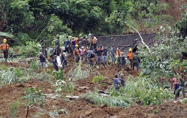 Θρίλερ στην Ιάβα: Τουλάχιστον 15 νεκροί και 25 αγνοούμενοι λόγω κατολίσθησης