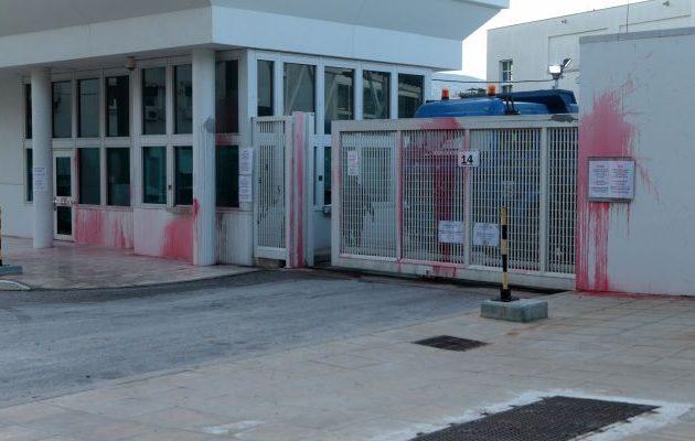 Δύο συλλήψεις για τον βανδαλισμό «Ρουβίκωνα» στην πρεσβεία των ΗΠΑ