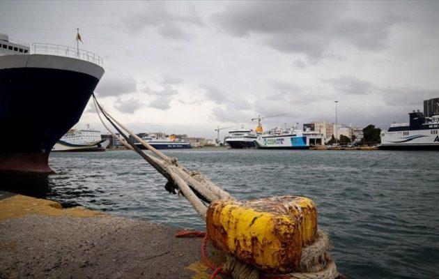 Δεμένα τα πλοία στο λιμάνι του Πειραιά λόγω ισχυρών ανέμων – Ποια δρομολόγια δεν εκτελούνται