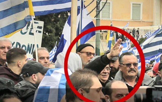 Ο Μιχαλολιάκος χαιρέτησε ναζιστικά στο Σύνταγμα στο συλλαλητήριο ενάντια στις Πρέσπες