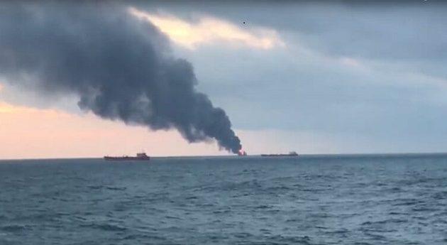 Φλέγονται πλοία στα στενά του Κερτς στην Κριμαία – Ένας ναύτης νεκρός (βίντεο)