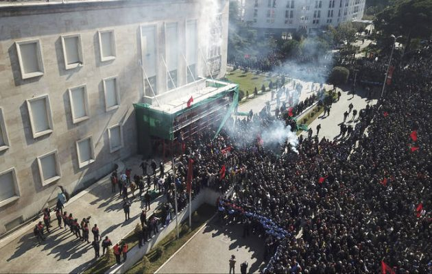Εμφύλιος στην Αλβανία: Διαδηλωτές έκαναν «ντου» στο γραφείο του Ράμα με μολότοφ (βίντεο)