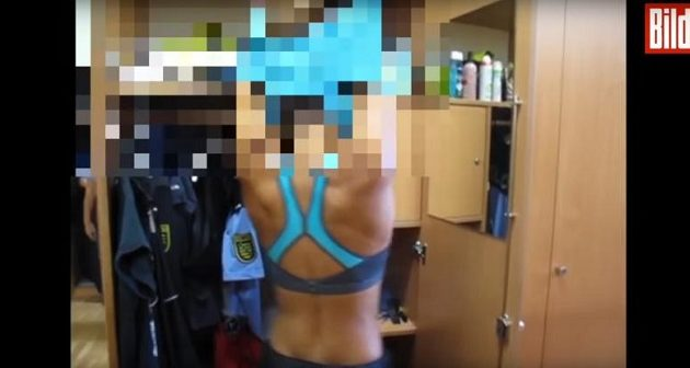Αστυνομικίνες λικνίζονται ημίγυμνες μέσα σε αστυνομικό τμήμα της Σαξονίας (βίντεο)
