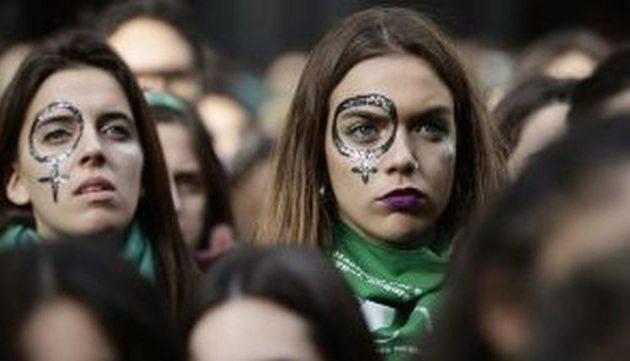 Αργεντινή – Στους δρόμους τα «πράσινα φουλάρια» για τη νομιμοποίηση των αμβλώσεων