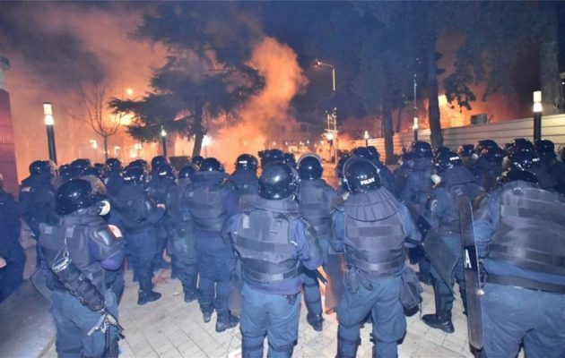 Χάος στα Τίρανα: Άγριες συγκρούσεις αστυνομίας και διαδηλωτών έξω από τη Βουλή (βίντεο)