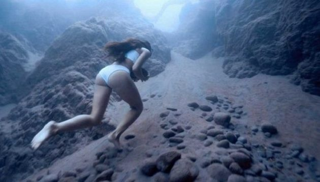 Αθλήτρια χωρίς βοήθεια οξυγόνου περπατά στο βυθό με μια πέτρα (βίντεο)