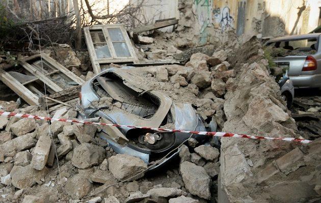 Κατέρρευσε κτίριο στο Γκάζι – Καταπλακώθηκαν αυτοκίνητα