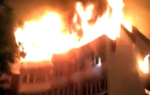 Πύρινη κόλαση με νεκρούς σε ξενοδοχείο στην Ινδία – Πηδούσαν από τα παράθυρα (βίντεο)