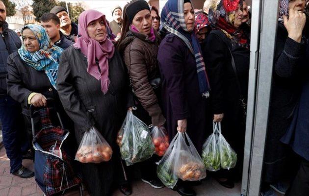 Ουρές στα κρατικά οπωροπωλεία της Τουρκίας για τα φθηνά λαχανικά του Ερντογάν (φωτο)