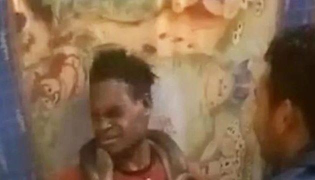 Τον ανέκριναν με φίδι γύρω από τον λαιμό του γιατί «έκλεβε κινητά» (βίντεο)