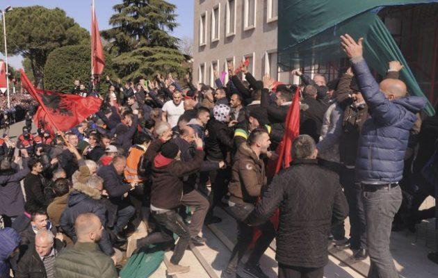 Δεκαπέντε διαδηλωτές συνελήφθησαν για το «ντου» στα γραφεία του Ράμα στα Τίρανα