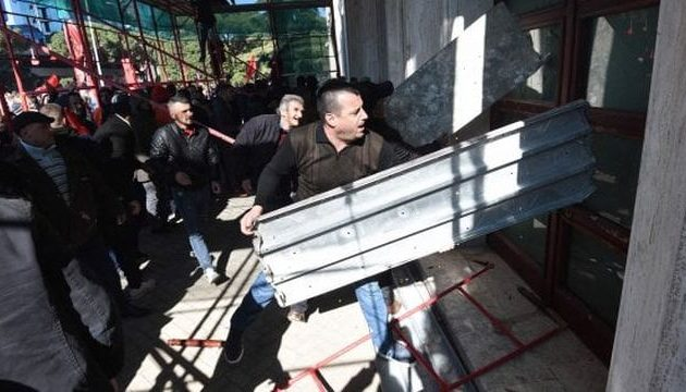 Στην Αλβανία σοβαρά επεισόδια – Διαδηλωτές επιτέθηκαν στο γραφείο του Ράμα