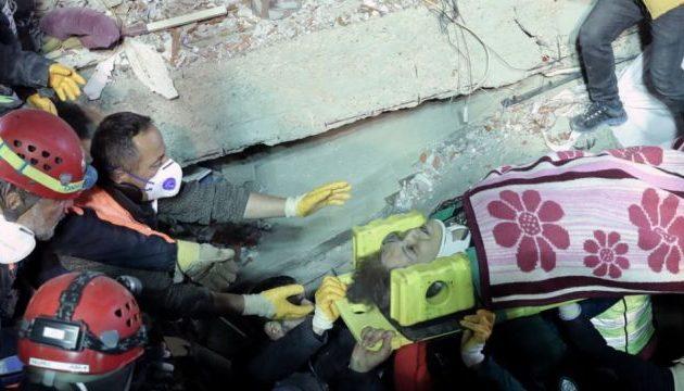 16χρονος ανασύρθηκε ζωντανός από τα ερείπια της πολυκατοικίας στην Κωνσταντινούπολη (φωτο)