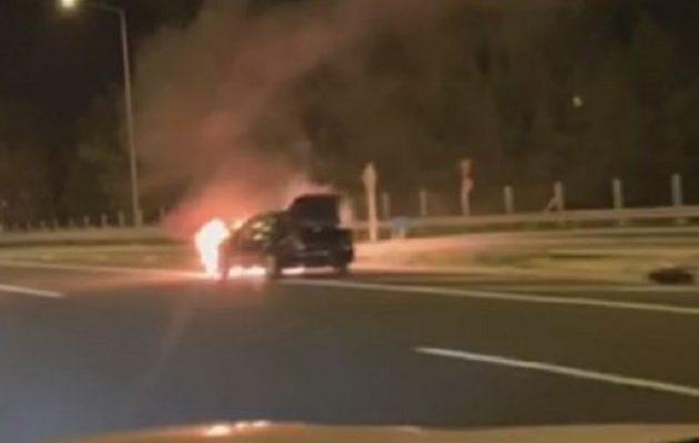 Αυτοκίνητο τυλίχτηκε στις φλόγες στη Μαλακάσα (φωτο+βίντεο)