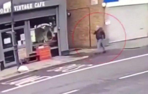 Πεζός περνάει σώος μπροστά από κτίριο που καταρρέει λόγω ανέμων (βίντεο)