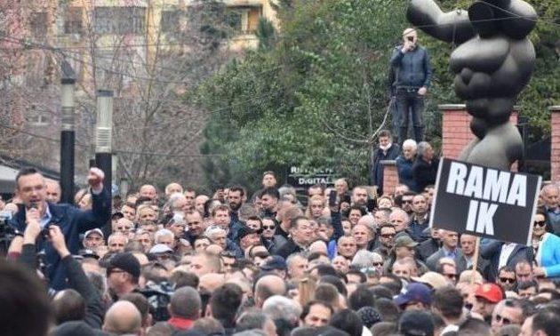 Στην Αλβανία η κρίση μπορεί να φέρει «χάος και αναρχία», λέει το Βατικανό