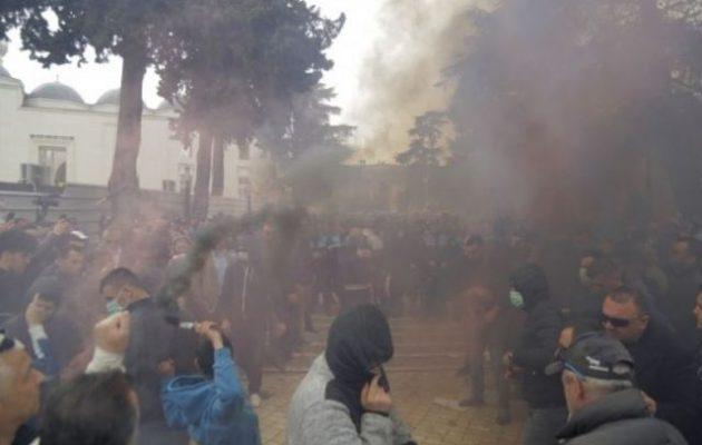 Η Αλβανία σε στάση κατά του Ράμα – «Δημοκρατία ή θάνατος» το σύνθημα