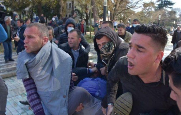 Στην Αλβανία εξέγερση: Στήνουν οδοφράγματα γύρω από τη Βουλή